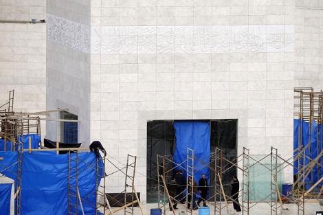 Trabajadores durante la exhumación en el Mausoleo de la Mukata de Ramala. | Reuters