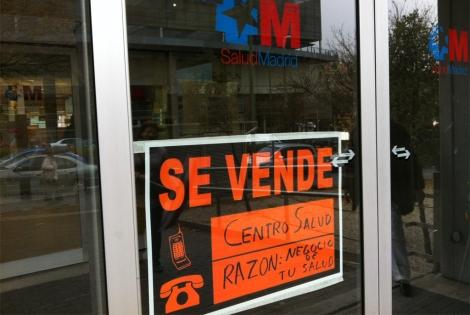 Cartel en la entrada de un centro de salud. | Alberto Prieto.