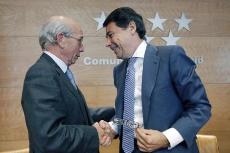 Julio Beamonte (i), director de Cáritas Madrid, e Ignacio González (d), presidente madrileño. | EM
