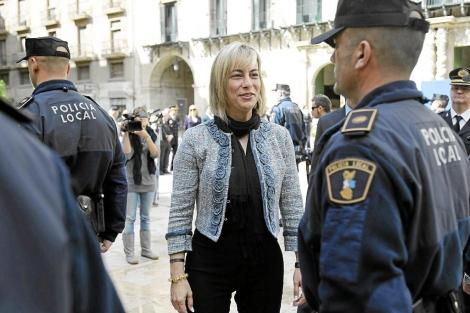Sonia Castedo pasa revista a los agentes de la Policía Local. | E.Caparrós