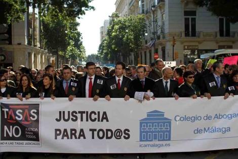 Abogados con toga protestan por la ley de tasas. | C. Díaz