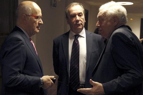 Margallo charla en los pasillos del Congreso con Duran (izqda.) y Alonso. | Efe