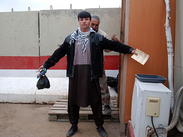 Un afgano es cacheado en la entrada de la base militar española en Qala-e-now.   Mònica Bernabé