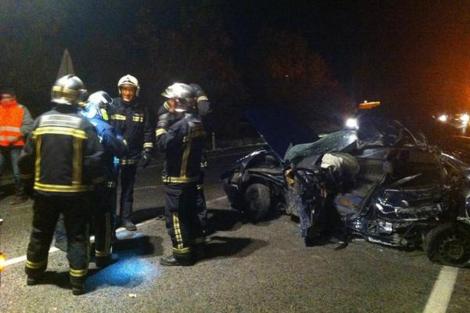 Los bomberos junto al coche siniestrado en el accidente.   Emergencias 112 C. de Madrid