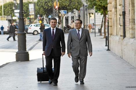 Hernández Mateo (d) a su llegada al TSJ junto a su abogado, durante el juicio. | V.Bosch