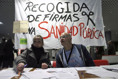 Recogida de firmas en el Hospital de La Paz. | Foto: Efe