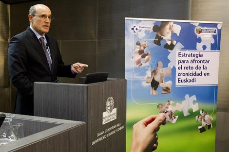 Rafael Bengoa presenta la estrategia vasca para los enfremos crónicos.  I. Andrés