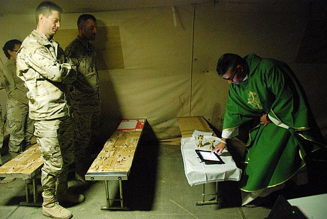 El páter David Sevilla hace misa con una tableta en el campamento de Moqur. | Mònica Bernabé