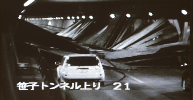 Imagen interior del túnel procedente de una cámara de seguridad.   Afp