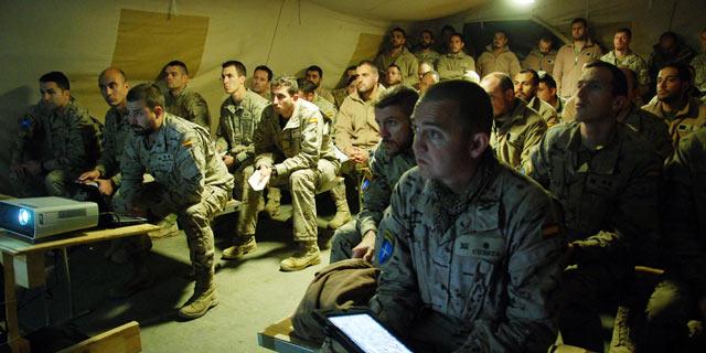 Los militares españoles, en una de las reuniones de planificación de la operación en Moqur. | M. B.