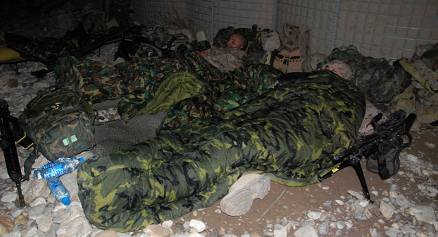 Militares españoles duermen a la intemperie en el valle de Darr-e-bum.   Mònica Bernabé