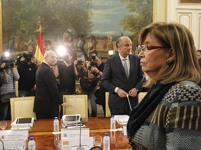 Rigau, en primer plano, con Wert al fondo y a la izquierda al comienzo de la reunión. | Sergio González
