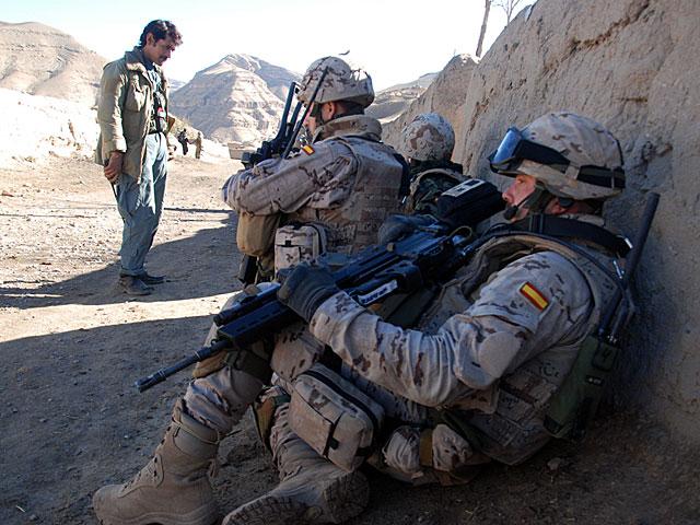 Militares españoles, agazapados en la localidad de Kabulché. | Mònica Bernabé