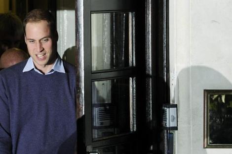 El príncipe Guillermo a la salida del hospital. | Foto: Efe
