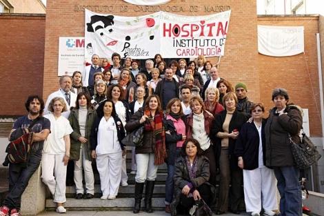 Los trabajadores del Instituto de Cardiología, ayer en las puertas del hospital.   Enriquez