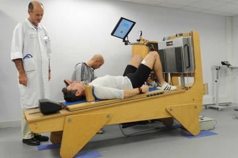 Un voluntario se ejercita en una máquina vibratoria.  CNES–Emmanuel Grimault