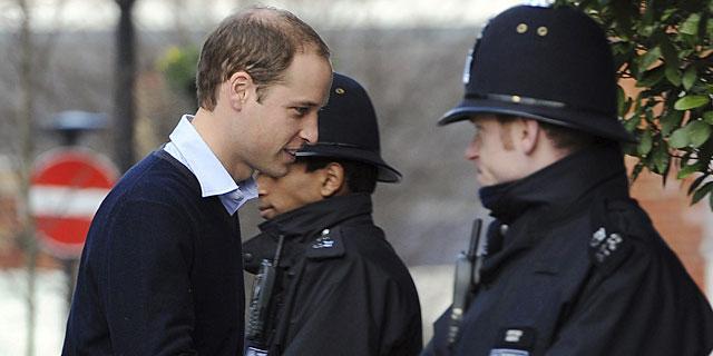 El príncipe Guillermo llega al hospital este miércoles. | Efe