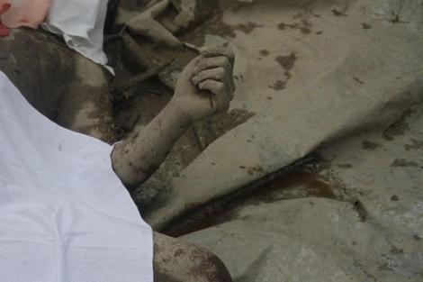 Los cuerpos cubiertos de las víctimas del tifón 'Bopha' en New Bataan. | Afp | MÁS IMÁGENES