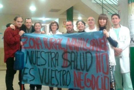 Personal sanitario de Navalcarnero con una pancarta reivindicativa. | ELMUNDO.es
