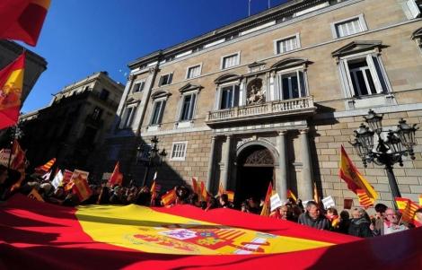 Las rojigualdas han tomado la plaza Sant Jaume. | Afp