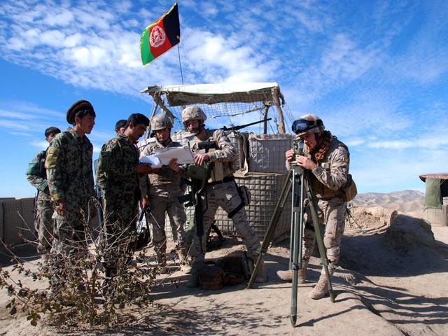 Militares españoles enseñan a los afganos cómo indicar desde dónde proviene el fuego enemigo. | M. B.