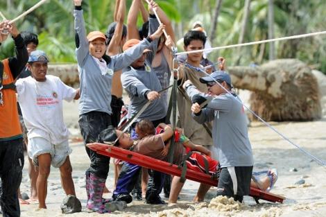 Evacuación de una embarazada y su hijo en New Bataan. | Reuters [MÁS IMÁGENES]