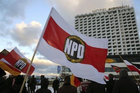 Manifestación del NPD ante el hotel donde se trata su ilegalización. | Efe