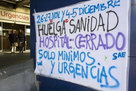 Un cartel anuncia las jornadas de huelga en el Hospital Ramón y Cajal. | Afp
