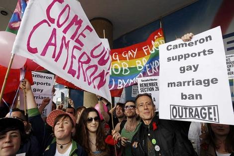 Activistas a favor de los gays, en una protesta contra el Partido Conservador. | Reuters