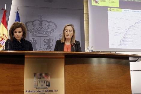 Soraya Sáenz de Santamaría y Ana Pastor, en rueda de prensa tras el Consejo de Ministros. | Efe