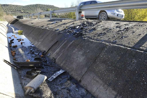 Piezas de los vehículos implicados en el accidente de la A-308.   Efe