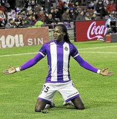 Manucho celebra su primer gol.  J. M. Lostau