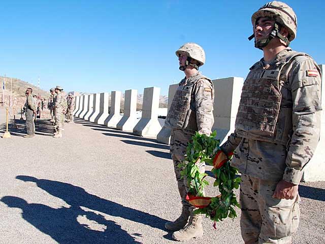 Corona de flores en Qala-e-now, en memoria de los caídos en Afganistán.   Foto: Mònica Bernabé.