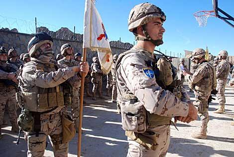 Los militares españoles, formados en la cancha de baloncesto del campamento de Moqur.   M. B.
