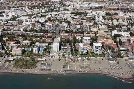 Hoteles y apartamentos en la primera línea de la Costa del Sol.   Carlos Díaz