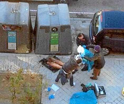 Instante en el que la Policia tapa las piernas encontradas. | El Mundo