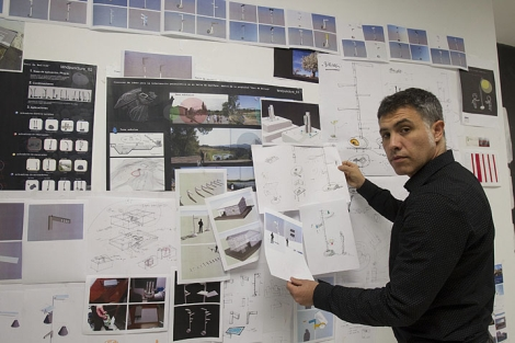 Juan Sádaba exhibe diferentes prototipos de farolas.| Iñaki Andrés