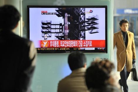 Imágenes de la televisión surcoreana tras el lanzamiento.   Afp