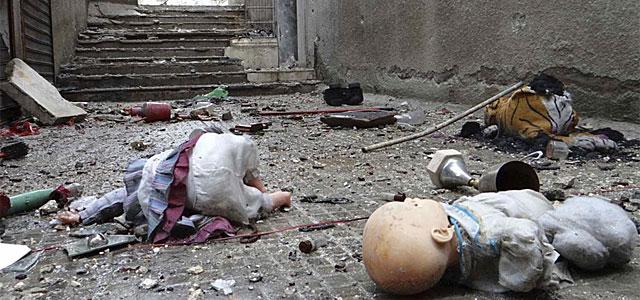 Varios muñecos en el suelo de una calle de Alepo.| Reuters
