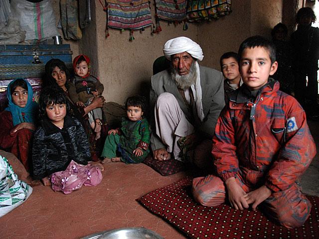 Rishmin y Mohammad, con sus hijos en Qala-e-now, tras huir del norte de la provincia de Badghis. | MÒNICA BERNABÉ