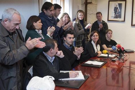 El nuevo alcalde, a la izquierda, con la regidora saliente, entre aplausos. | Ical