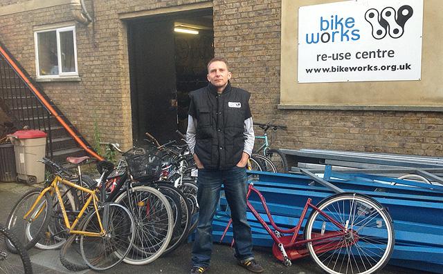 Blakemore, cofundador de Bikeworks, en la puerta del taller.   C.F.