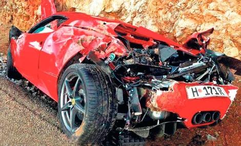 Así quedó el Ferrari de los Vanrell tras impactar contra la cuneta.