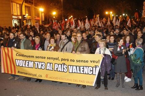 La protesta sirvió para reivindicar también las emisiones de TV3. | JUAN MARTÍ