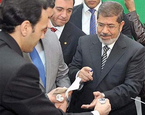 El presidente Mursi antes de votar. | Efe |VEA MÁS IMÁGENES