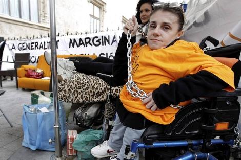 Elvira Murcia, encadenada frente a la sede del Gobierno valenciano.   Efe