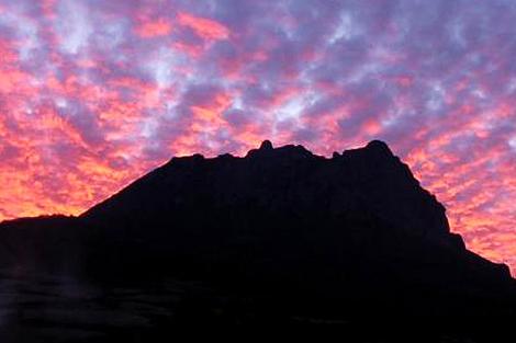 Panorámica nocturna del macizo de Bugarach, al sur de Francia. | E. M.