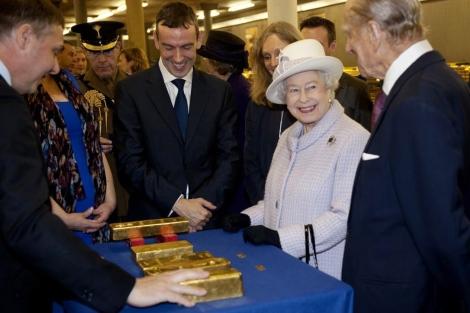 La reina Isabel II con Felipe de Edimburgo en el Banco de Inglaterra, en Londres. | Afp