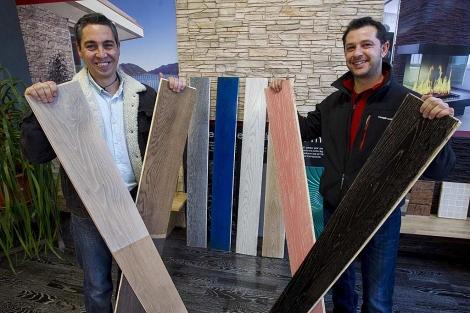 Alfredo Arribas y Agustín Reyes, socios de la firma, con una muestra de paneles. | I. Andrés