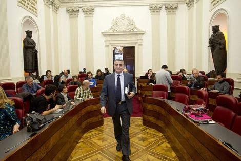 El diputado general de Álava, Javier de Andrés (PP), entra el salón de plenos.| Efe